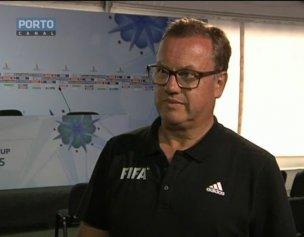 Joan Cusco, do comité executivo da FIFA, salienta a presença do público nas bancadas do Mundial