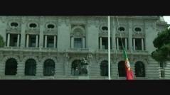 Içar da bandeira nacional na Praça General Humberto Delgado, no Porto