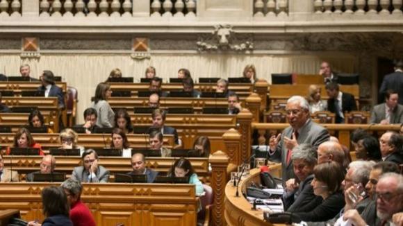 Parlamento aprova reposição faseada em 2016 da totalidade dos cortes salariais no sector público