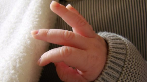 Mulher portuguesa residente no Reino Unido culpa autoridades de lhe roubarem o bebé
