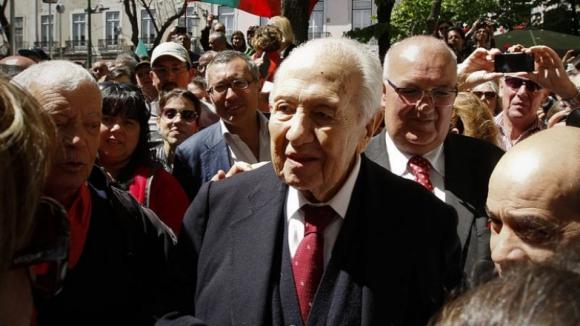 Mário Soares: Uma figura central na construção da democracia portuguesa