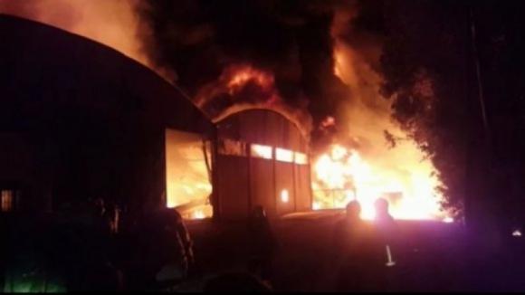 """Incêndio em fábrica de papel em Sta Maria da Feira """"está a ceder"""", mas não está dominado"""