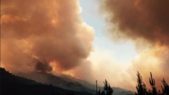 150 homens, mais de 40 viaturas e seis meios aéreos combatem incêndio em Mangualde