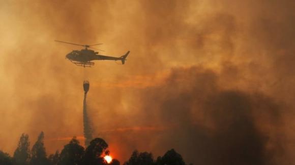 Dois helicópteros reforçam o combate às chamas em Alijó
