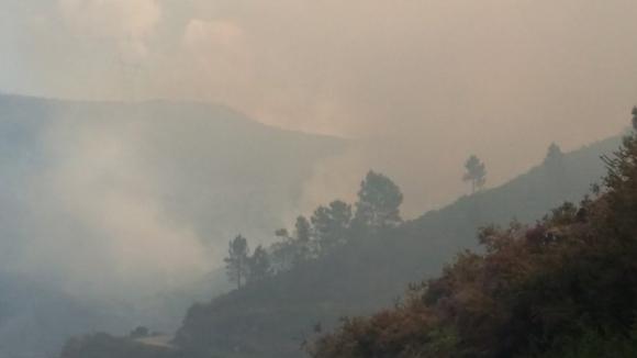 Estrada Nacional 2 cortada devido a incêndio florestal de grandes proporções em Chaves