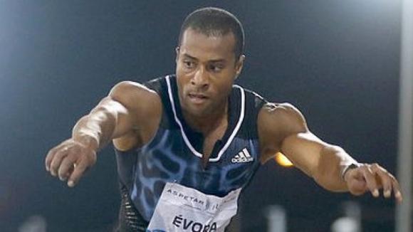 Nelson Évora conquista bronze no triplo salto nos Mundiais de atletismo, em Londres