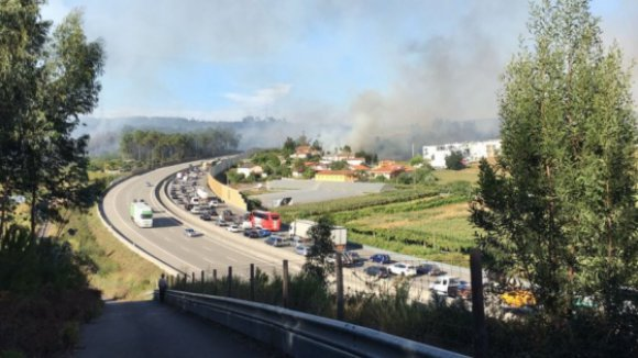 Incêndios cortam trânsito na A3 e estão a ameaçar habitações