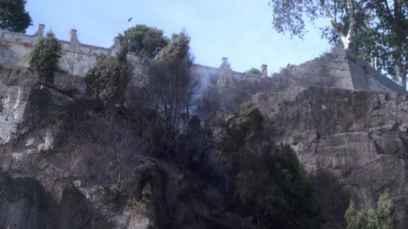 Avenida Gustavo Eifel no Porto esteve cortada devido a incêndio em escarpa dos Guindais