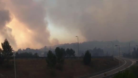 Mais de 3700 bombeiros estão a combater 105 incêndios ativos em Portugal