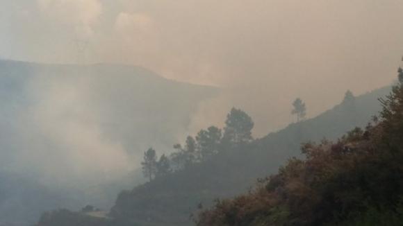 Várias aldeias na linha do fogo do Fundão, que continua a progredir com intensidade
