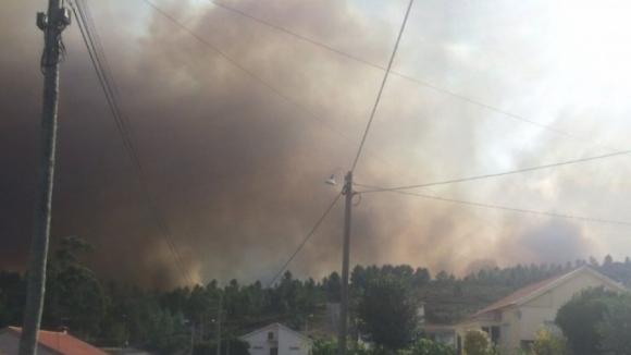 Alerta vermelho. País a arder provoca três mortos e 25 feridos