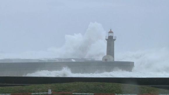 Toda a costa portuguesa sob 'aviso amarelo' devido à agitação marítima no fim de semana