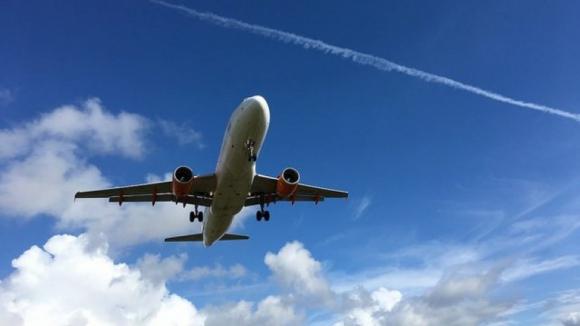 Mais de 1.150 casos de lasers apontados a aviões perto dos aeroportos desde 2013