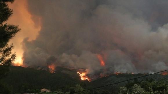 45 mortes, 800 casas e 500 empresas atingidas pelos incêndios na região Centro