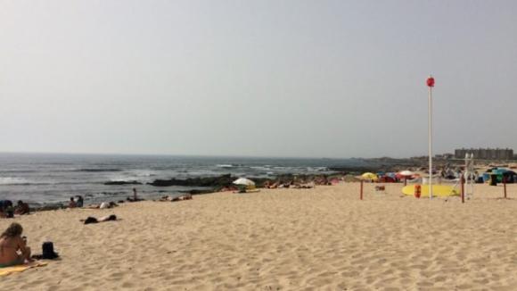 Matéria orgânica desconhecida interdita mar da praia do Cabo do Mundo em Matosinhos