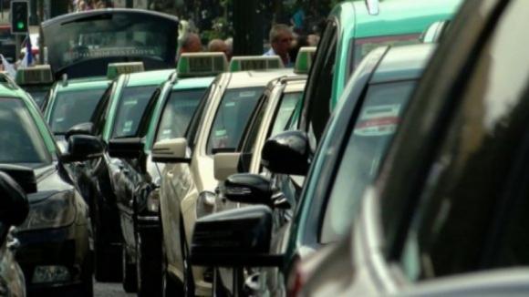 Taxistas realizam segunda-feira caminhada até residência oficial do Primeiro-Ministro