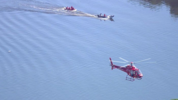 Tripulantes de helicóptero que caiu ao mar no Rio de Janeiro resgatados com vida