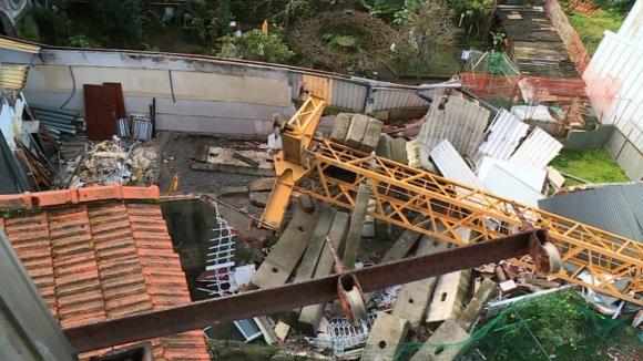 Ruas da Torrinha e da Boa Hora, no Porto, encerradas para remoção da grua que caiu