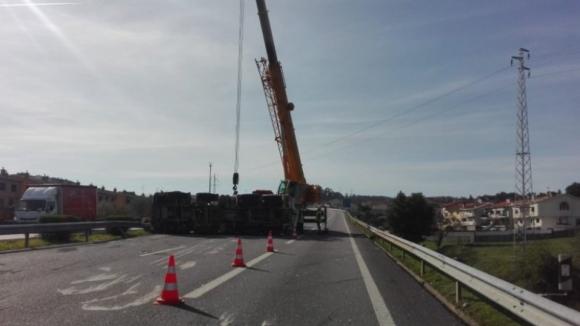 Um ferido grave e A4 cortada em Valongo devido a colisão entre camião e automóvel