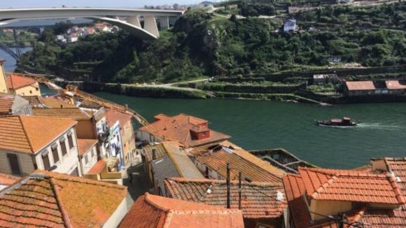 Grua caiu em cima de habitações no Porto sem causar feridos