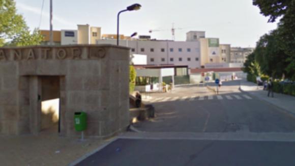 """Padre do Hospital de Gaia pede a fumadores que levem as """"beatas"""" porque já tem muitas"""