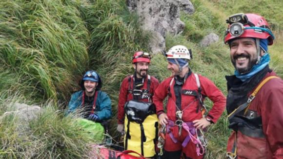 Espeleólogos portugueses encontrados e a começar a sair de gruta em Espanha