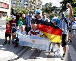 Brasileiros esquecem rivalidade e saem às ruas para ver festa argentina